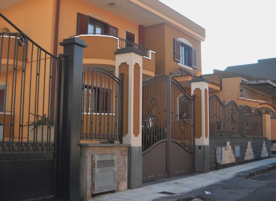 rivestimento pilastri con zoccolo in pietra lavica bocciardato e angoli sagomati in pietra tunisina