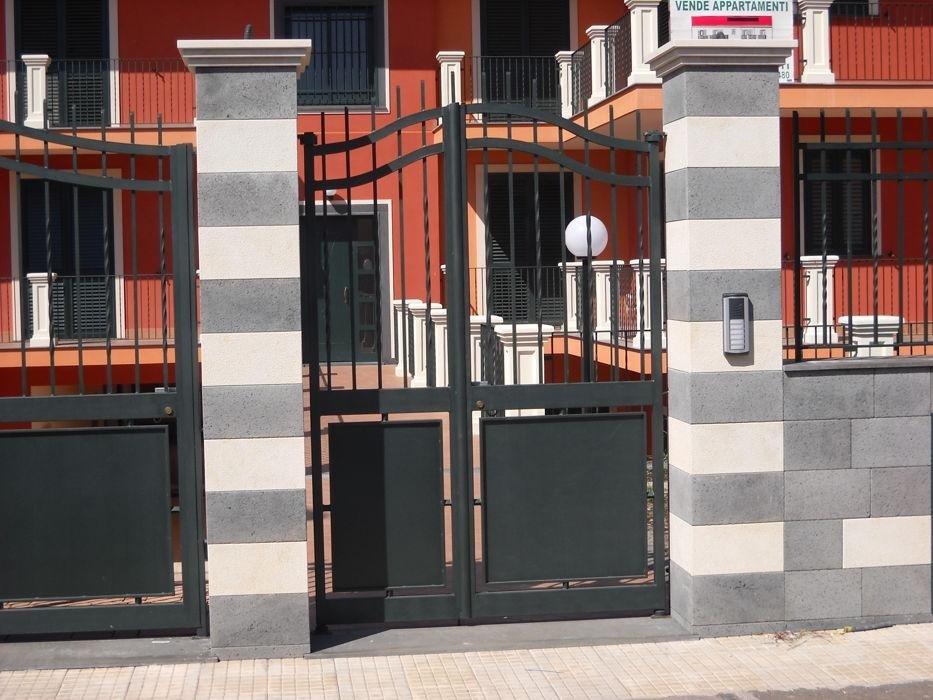 rivestimento pilastri pietra lavica e pietra tunisina