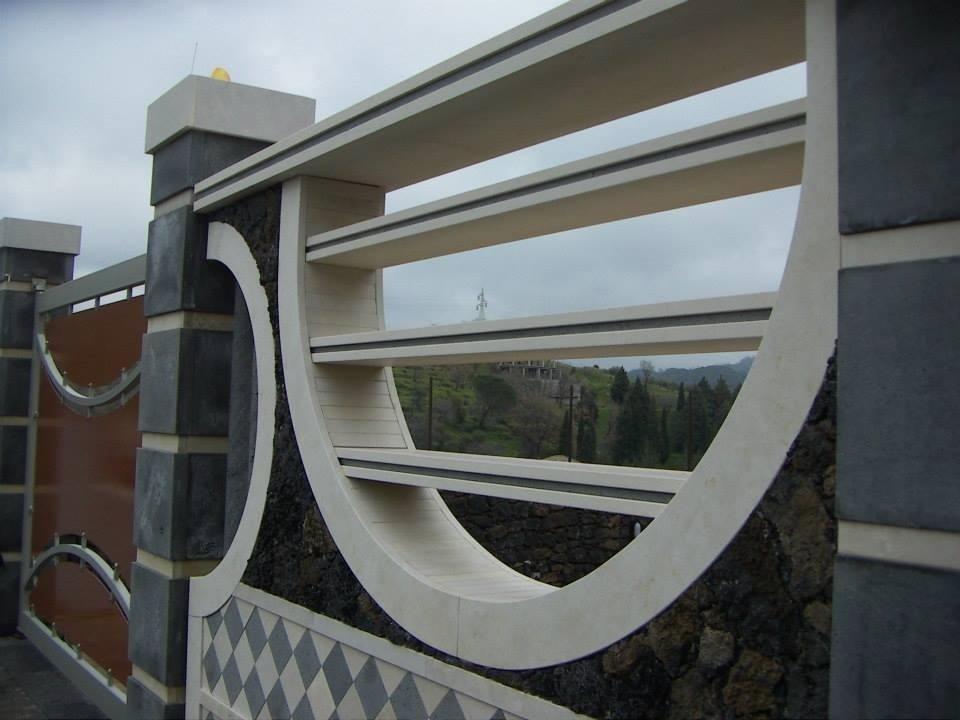 arredo esterno in pietra tunisina e pietra lavica