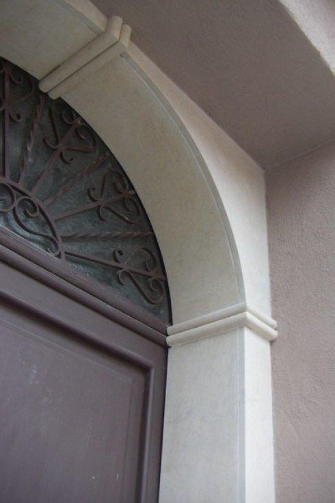 Realizzazione di capitelli ed archi in marmo.