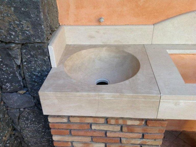 piano cucina in pietra di comiso con lavabo a massello scavato