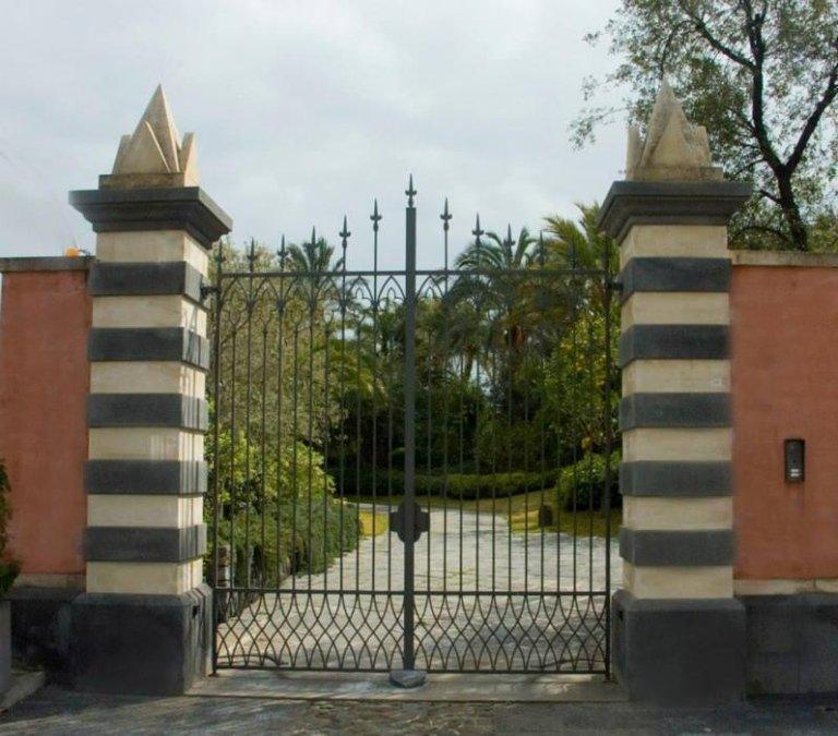 pilastri rivestiti in pietra lavica e pietra bianca siracusana