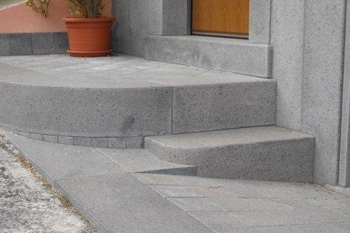 Realizzazione scale e cordoli in pietra lavica.