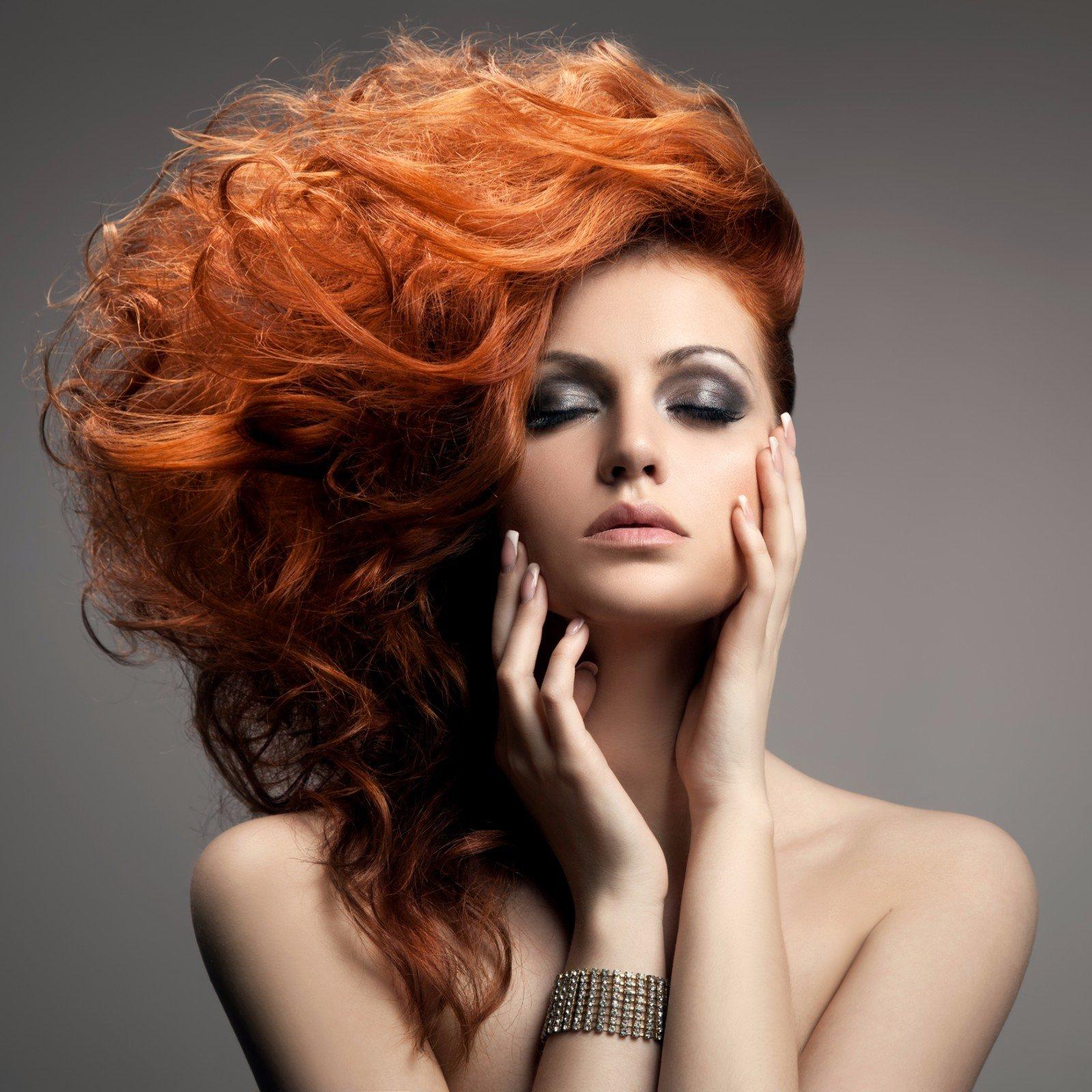 una donna con un ombretto nero e dei capelli arancioni mossi