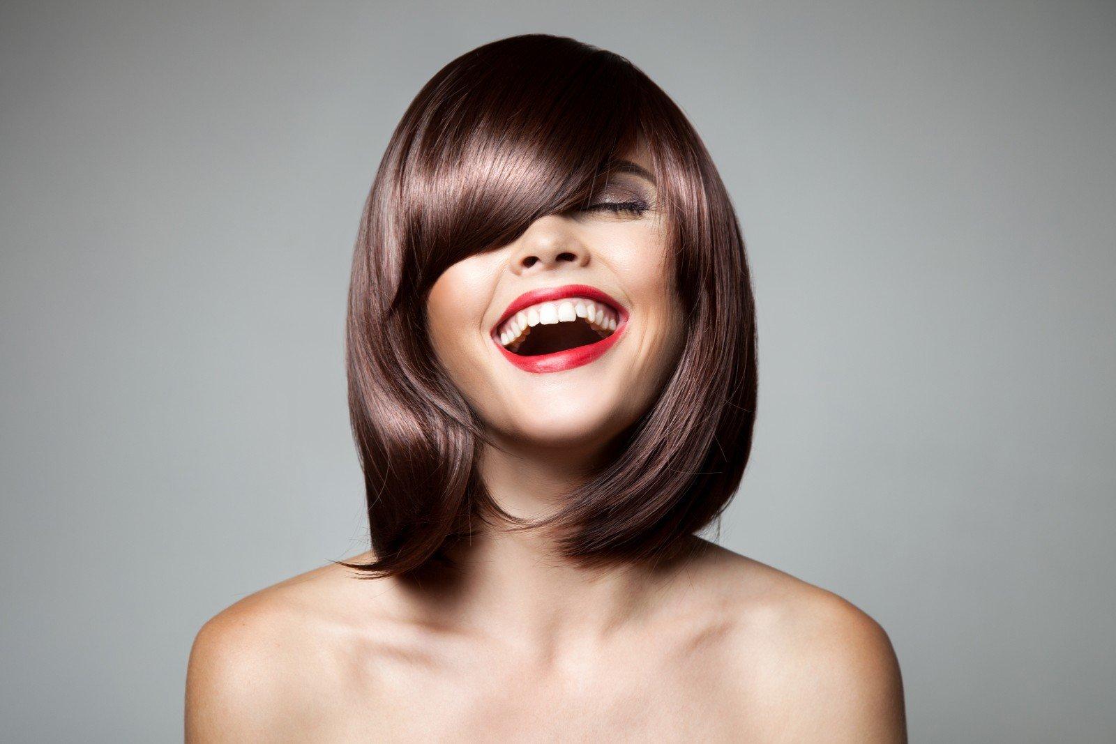 una ragazza con capelli a caschetto di color marrone