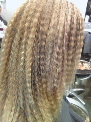 capelli biondi con piega frise