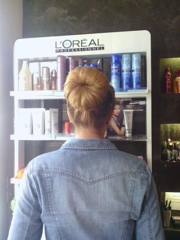 capelli biondi raccolti dietro