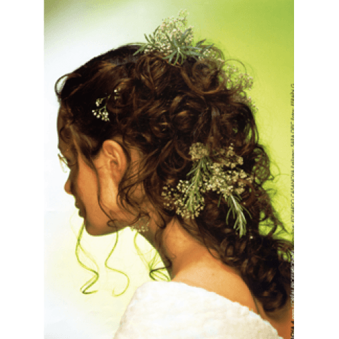 acconciatura sposa  con decori floreali
