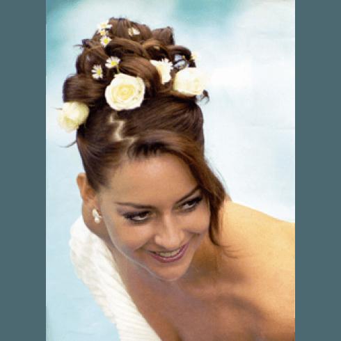 acconciatura sposa con fiori a corona