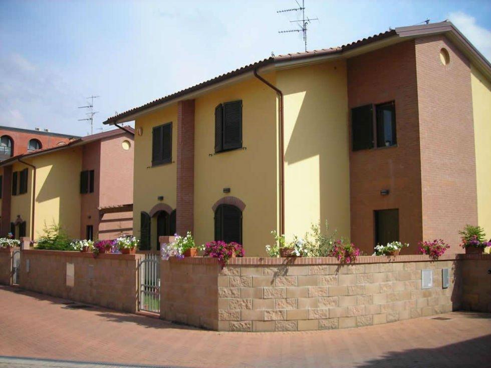 case bifamiliari con muro di recinzione