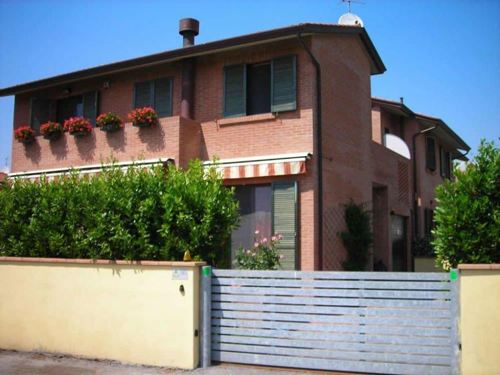 casa con muro di recinzione e cancello