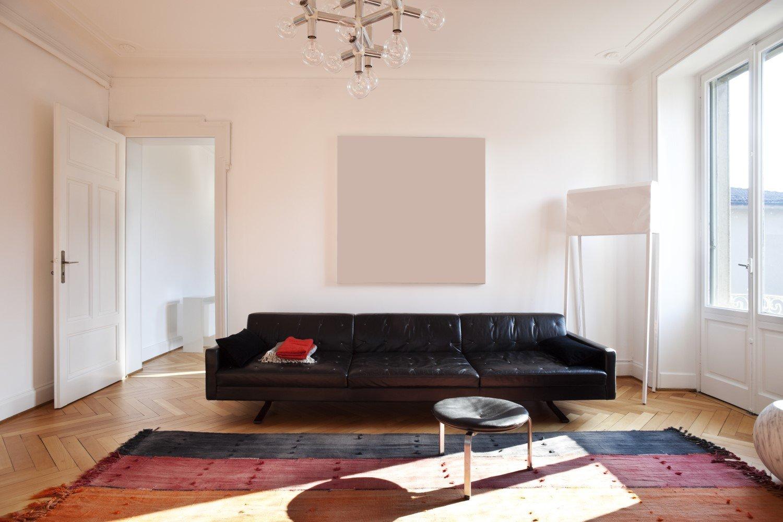 Divano in pelle nero in un salotto moderno