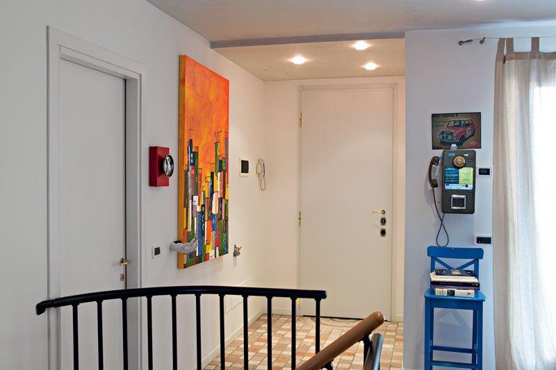 L'entrata di una casa con delle porte di color bianco