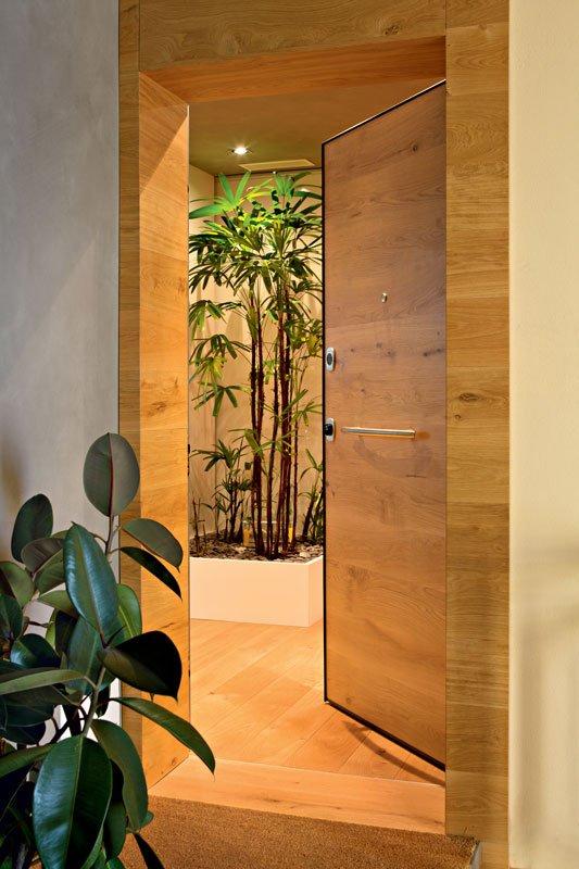 Una porta e uno stipite in legno chiaro