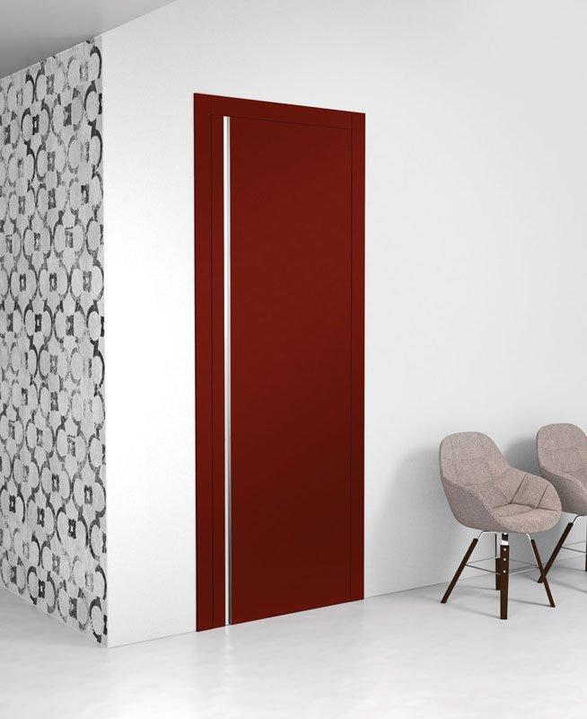 Una porta di color marrone e dei muri bianchi