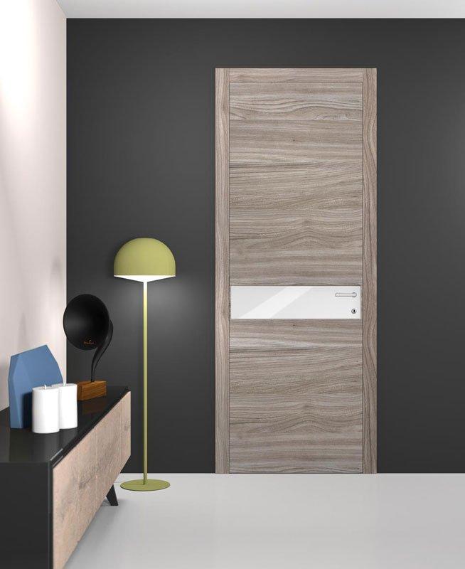 Una porta di legno con una lastra in metallo