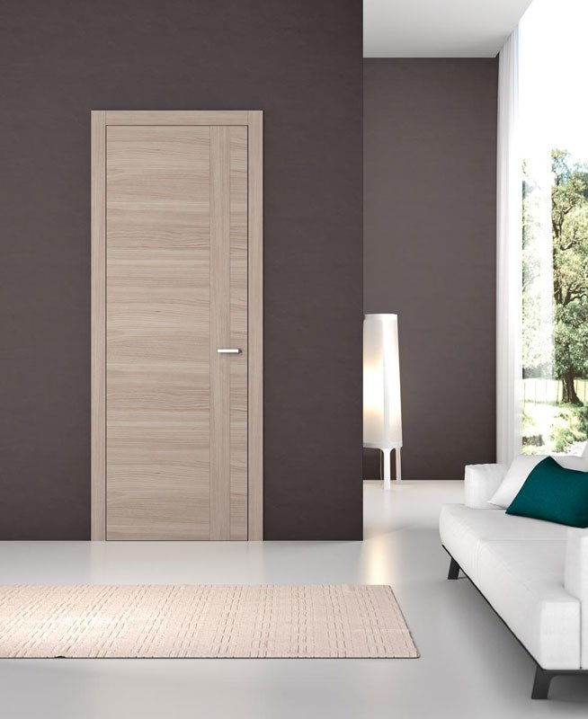 Una porta di legno e dei muri di color grigio scuro
