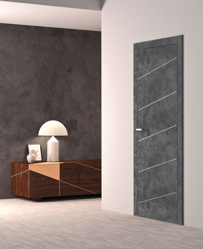 Una porta di color grigio con delle righe bianche