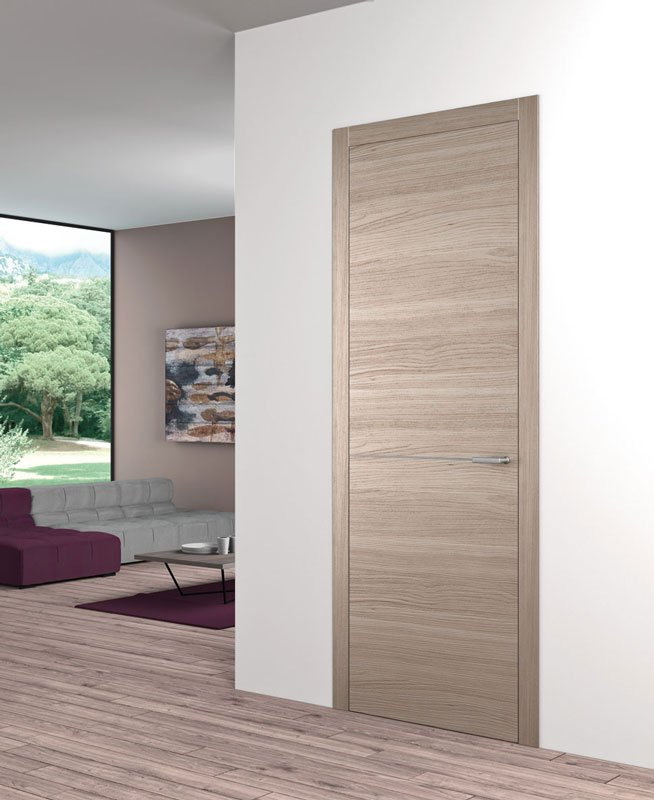 Una porta di legno di color pino chiaro