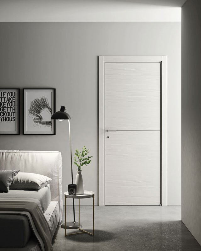 Una camera con una porta di color bianco con una riga in mezzo