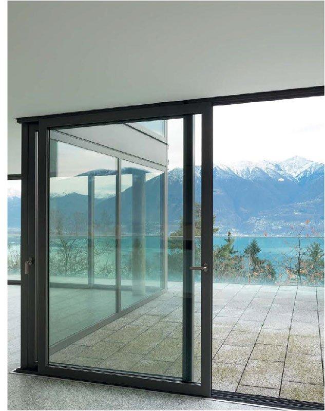 Una porta finestra in vetro e vista delle montagne