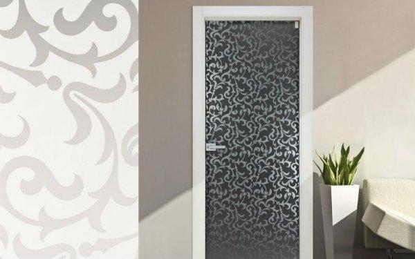 porta decorata grigia