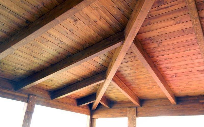Bella e pregiata la copertura in legno lamellare