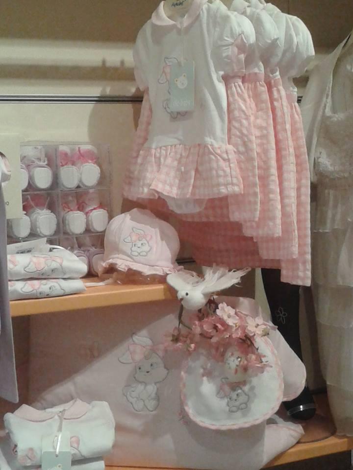 degli abiti di color rosa di varie misure per bambine
