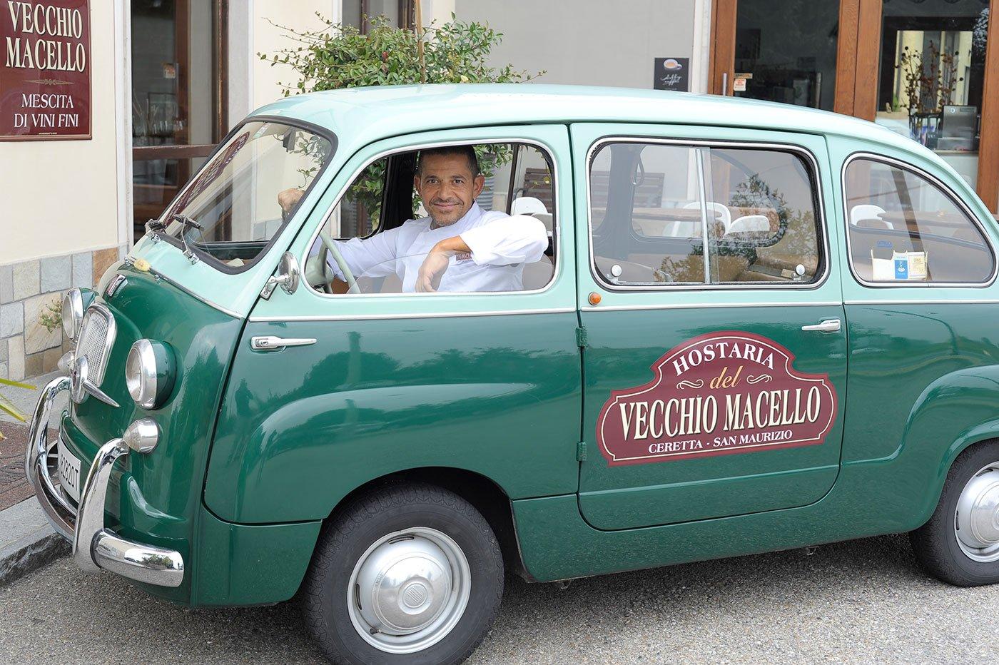 Un uomo dentro una vecchia macchina verde