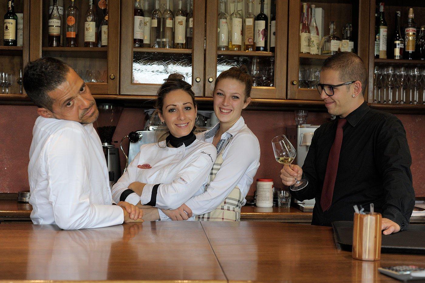 Il personale del ristorante dietro al bancone del bar
