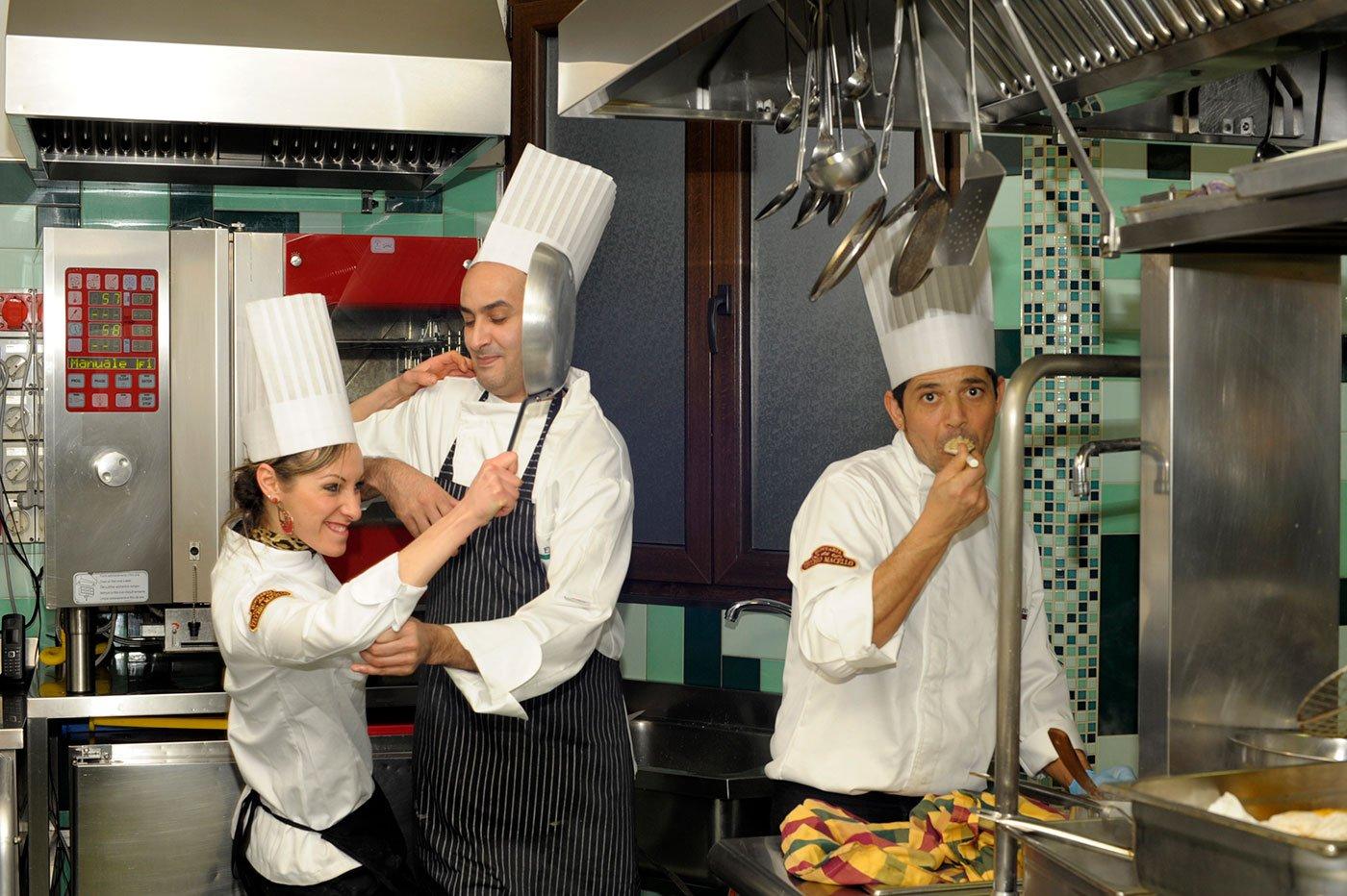 Tre cochi in varie pose in una cucina