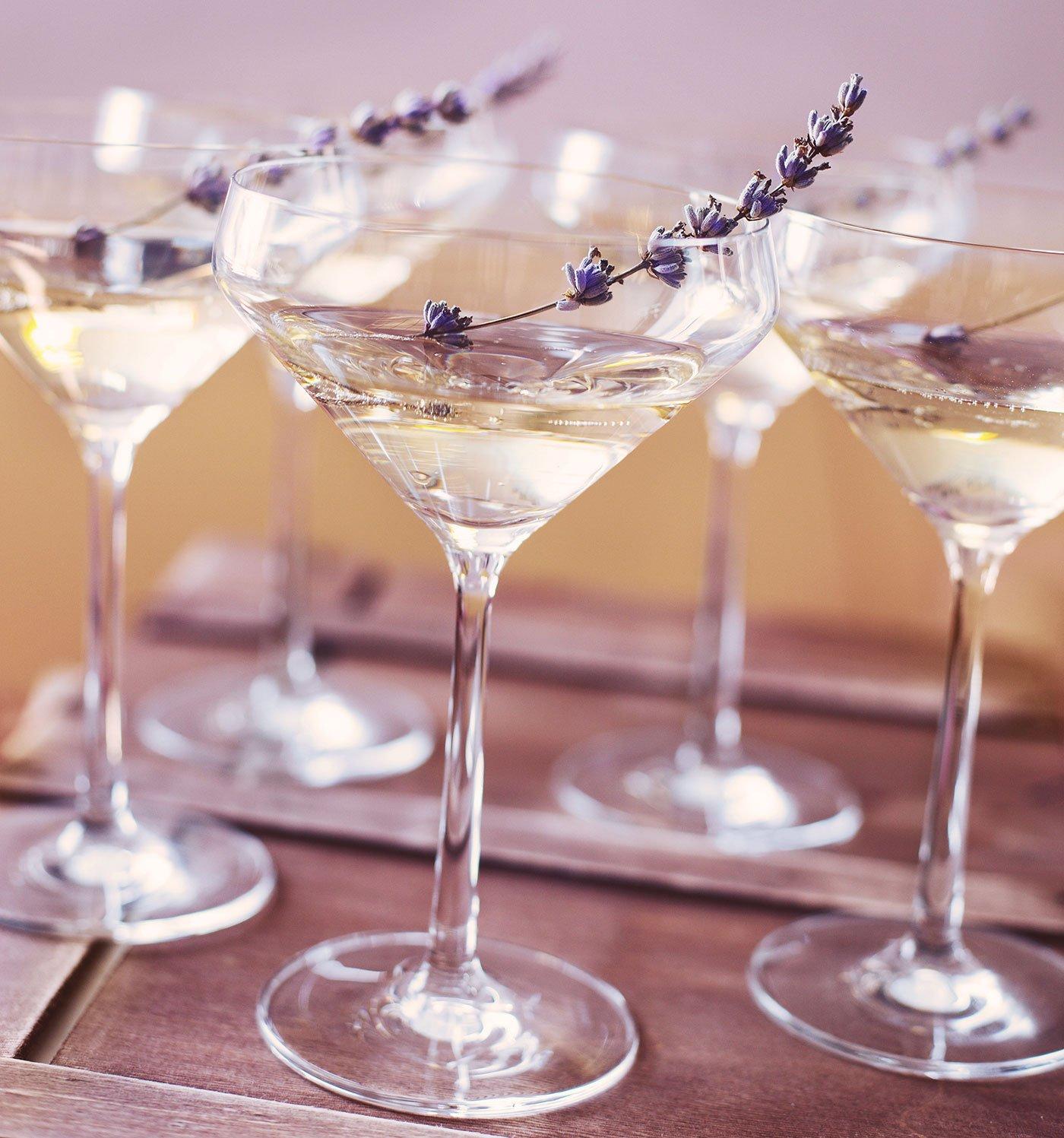 Dei bicchieri con un cocktail bianco