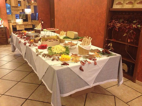 Un buffet con dei salumi e formaggi