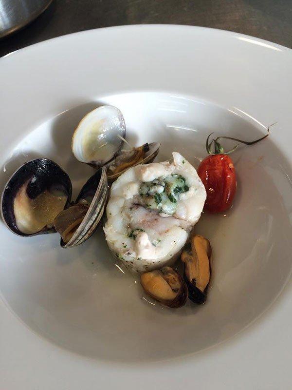 Un piatto a base di cozze e altro pesce