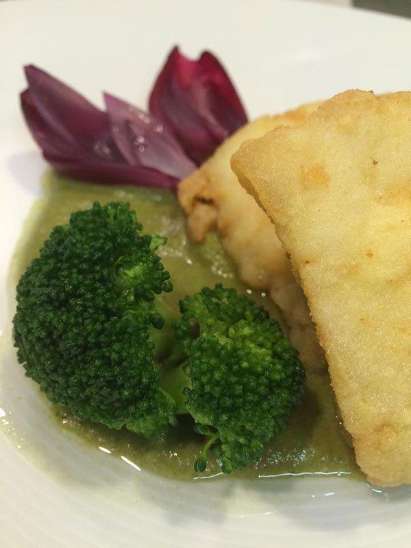 Un piatto con dei broccoli