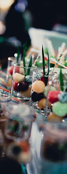 Dei bicchieri con dei dolci colorati rotondi