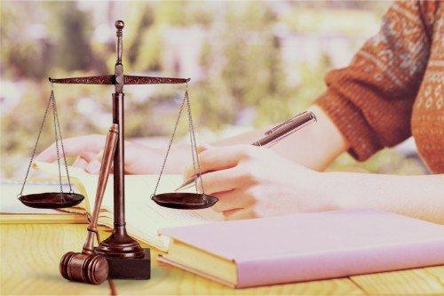 Una donna che sta scrivendo su un documento