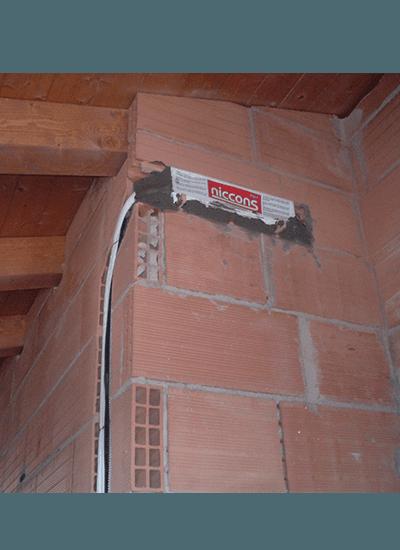 Cavi elettrici in una casa in costruzione