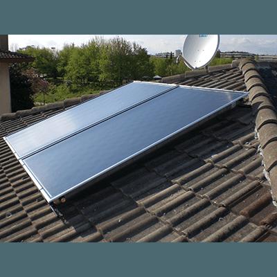 Coppia di pannelli fotovoltaici su tetto