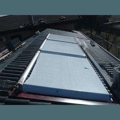 Pannelli solari su un tetto grigio