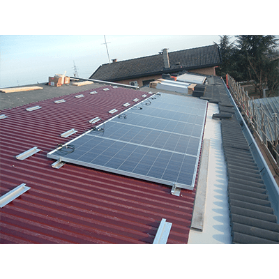Pannelli fotovoltaici su tetto rosso