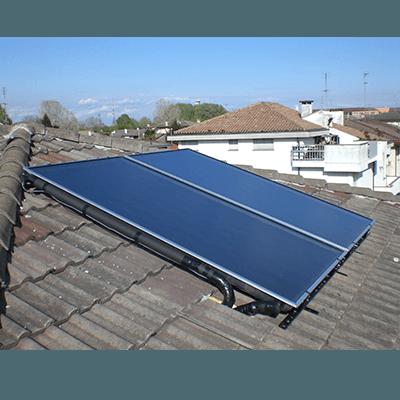Pannelli solari su tetto con tegole grigiee