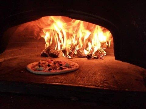 pizzeria con forno a legno