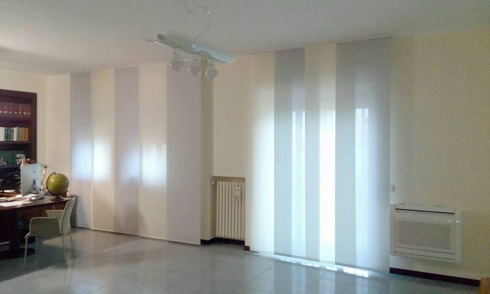 delle tende bianche in un ufficio