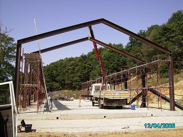 una struttura esterna in fase di costruzione