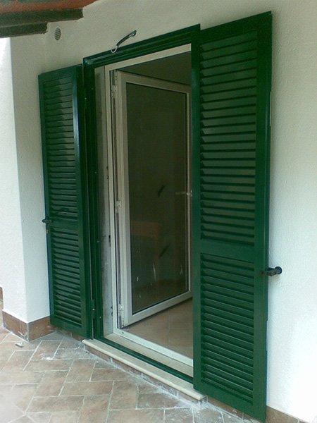 porta finestra con persiane verdi aperta