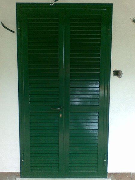 porta finestra con persiane verdi chiusa