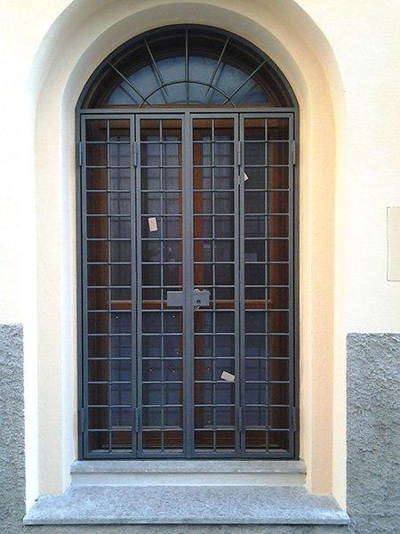 un serramento in ferro battuto di una finestra in legno