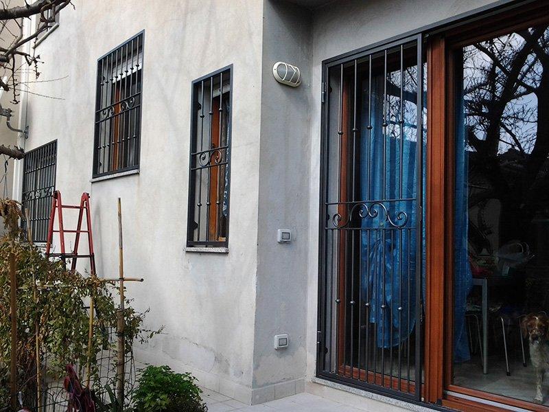 vista dall'esterno di griglie in ferro battuto in alcune finestre e in una porta