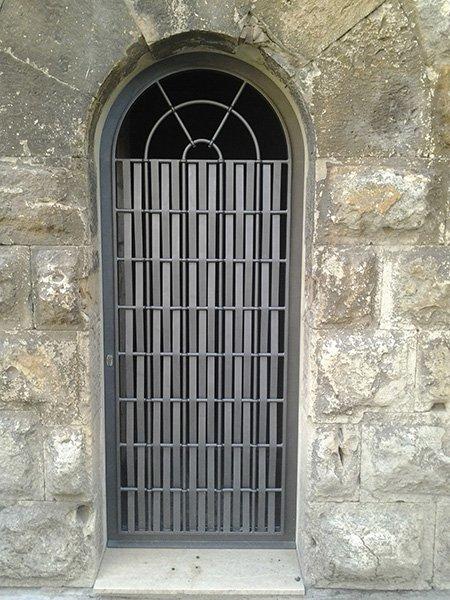 una griglia in ferro battuto in una finestra
